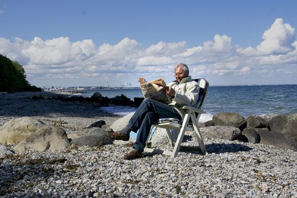 Mand i sol ved strand udenfor Århus